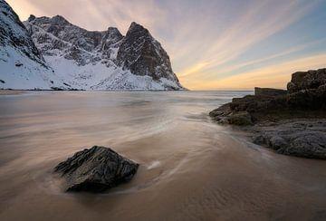 Belle plage déserte au coucher du soleil sur les Lofoten en Norvège sur Jos Pannekoek