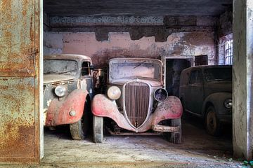 Verlassene Oldtimer in der Garage. von Roman Robroek