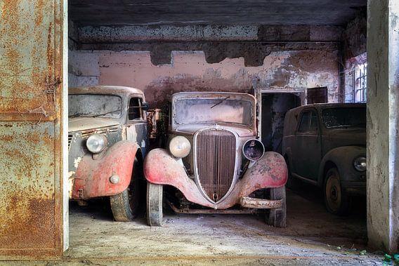 Verlassene Oldtimer in der Garage.