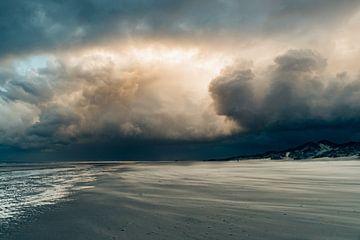 Dreigende wolkenlucht boven het strand van Terschelling van Alex Hamstra