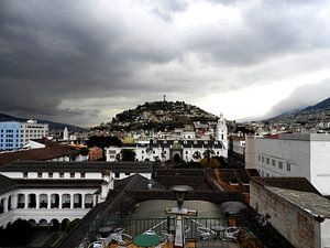 El Panecillo gezien vanaf de stad Quito in Ecuador van Laura Balvers