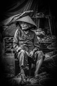 Une vieille dame dans un marché. sur Gunter Nuyts