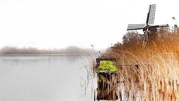 Molen in het landschap aan het water op een mistige dag- b van Marcel Kieffer