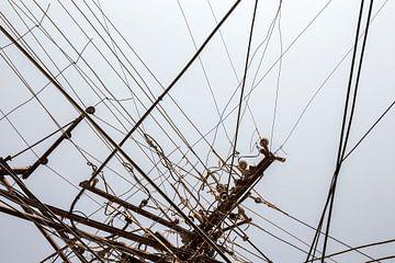 Slordige elektriciteit draden op een grijsblauwe achtergrond van Tjeerd Kruse