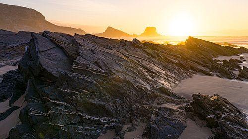 Rotsen op strand Zumbujeira do Mar, Portugal