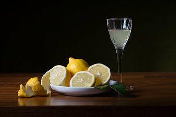 Stilleven met citroen en limoncello van Mooie Foto