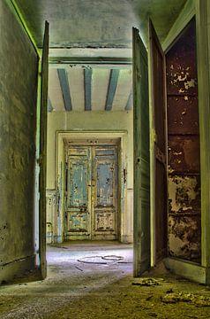 Deuren naar het licht in een verlaten kasteel RawBird Photo's Wouter Putter von Rawbird Photo's Wouter Putter