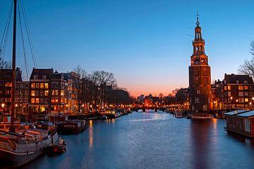 Stadsgezicht van Amsterdam met de Montelbaan toren bij zonsondergang van Nisangha Masselink