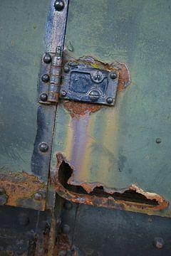 Roestig deel van een oude locomotief van Alice Berkien-van Mil