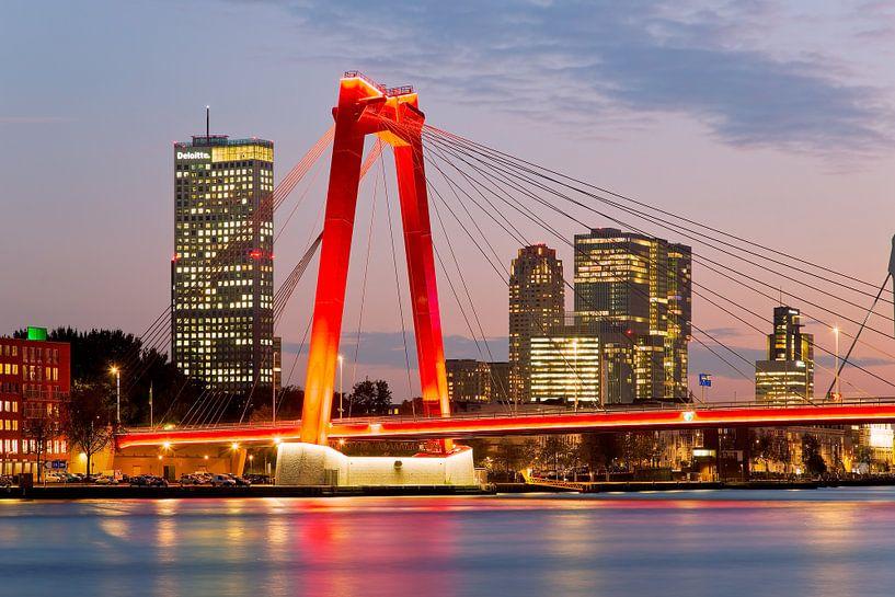 Willemsbrug te Rotterdam vlak na zonsondergang van Anton de Zeeuw