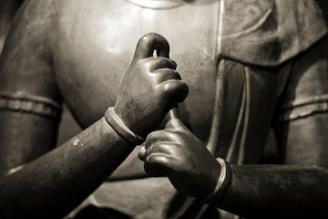 Handen van mediterend Buddha beeld in sepia van Rob van Keulen