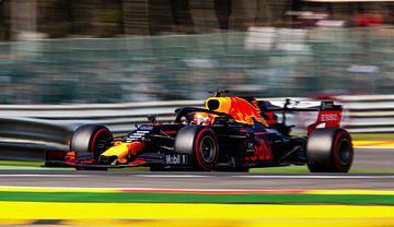 Max verstappen in strijd op het circuit in belgie van Stefano Scoop