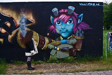 Meisje onder de indruk van graffiti muur van foto-fantasie foto-fantasie