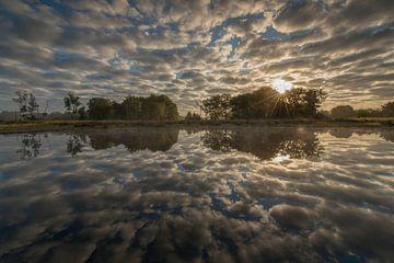 Wolkenreflexion in der Großen Glasmoor von Iris Waanders