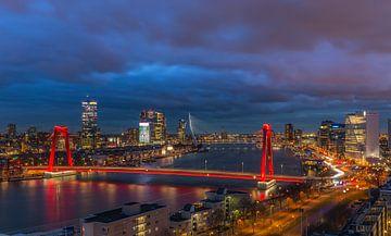 De skyline van Rotterdam tijdens het blauwe uurtje van Arisca van 't Hof