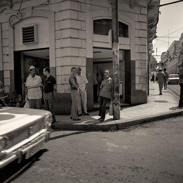 Streetcorner in Cuba van Cor Ritmeester