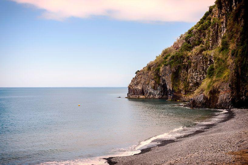 madeira coastline with ocean and rocks sur ChrisWillemsen
