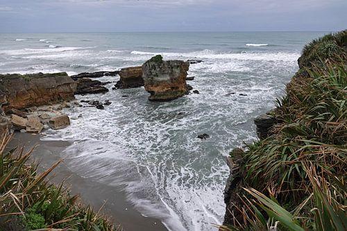 Rots in zee bij Punakaiki in Nieuw Zeeland van