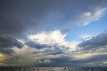 Buien op de Waddenzee. van Johan Kalthof