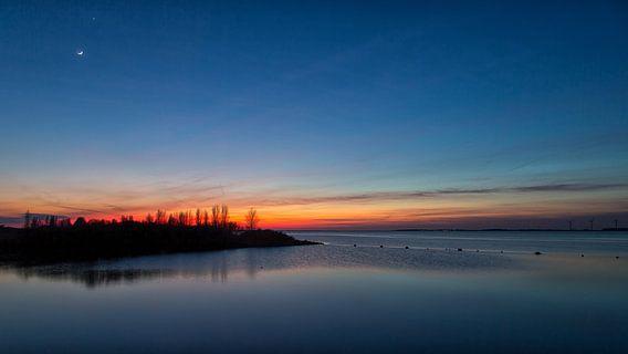 Na zonsondergang met de Maan en Venus van Bram van Broekhoven