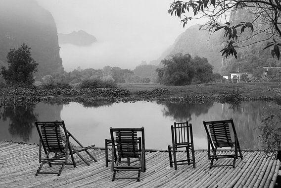 Ligstoelen rivier, nevel, mysterieuze silhouetten bergen, Vietnam