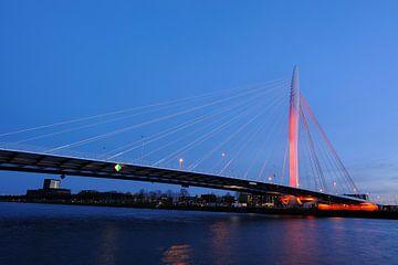 De Prins Clausbrug in Utrecht oranje aangelicht (1) van Donker Utrecht