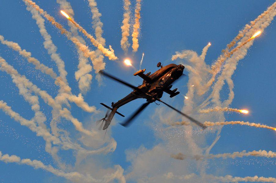 AH-64D Apache met flares (1) van Rogier Vermeulen