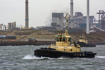 Sleeboten in de haven IJmuiden door de storm en wind. van scheepskijkerhavenfotografie