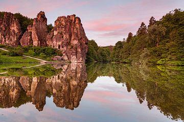 Externsteine in het ochtendlicht met een fascinerende weerspiegeling van Jiri Viehmann