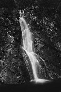 Waterval in de helleklokaal, Slovenië van Patrik Lovrin