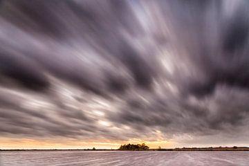 Wolken drift uber ein kleines See nach Sonnenuntergang von Evert Jan Luchies