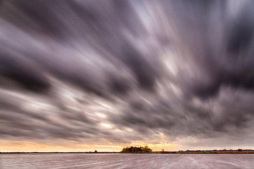 Wolken drift uber ein kleines See nach Sonnenuntergang