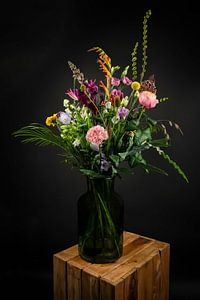 Stillleben: bunte Blumen in einer Vase von Marjolein van Middelkoop