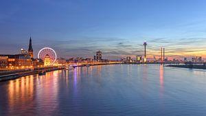Düsseldorf Skyline mit rotem Riesenrad (16:9 Version) von Michael Valjak