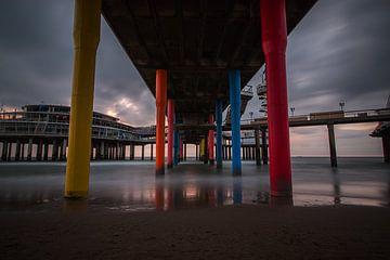 Onder de Scheveningse pier van Sander Gerritsen