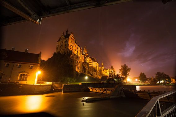 Kasteel Sigmaringen met de Donau - in regen- en onweersbuien