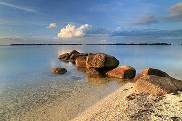 IJsselmeer met golfbreker van keien van FotoBob