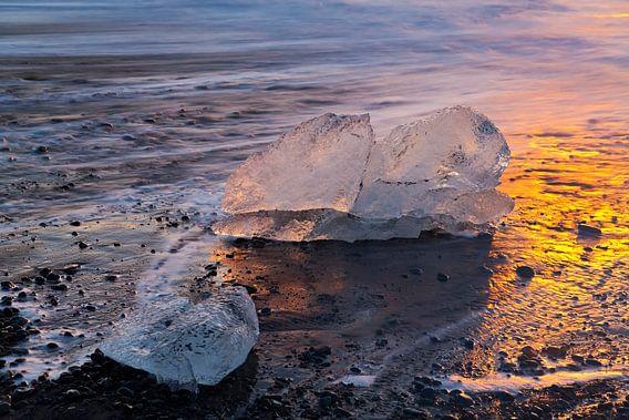 IJsblokken op het strand te IJsland