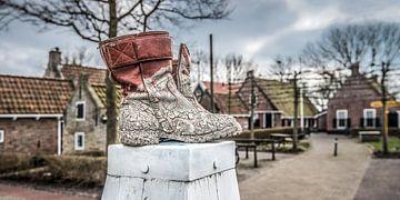 Laarzen op een meerpaal in het dorp PaesensModdergat in Friesland. van Harrie Muis