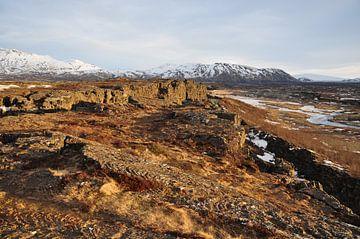 Uitzicht op besneeuwde toppen in IJsland van Tjeerd Langstraat