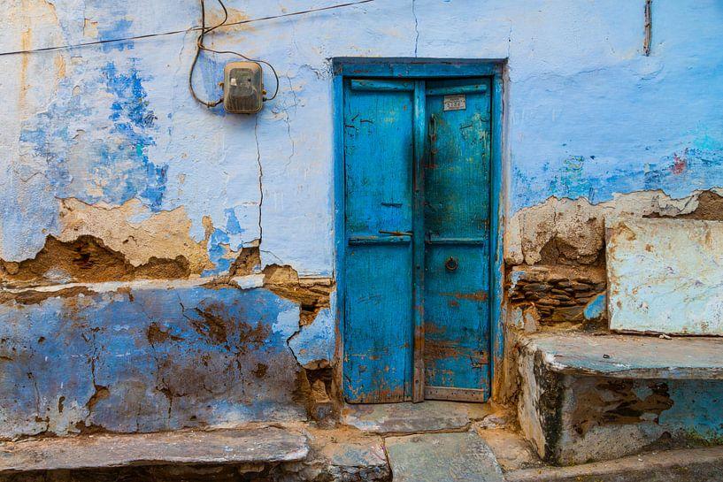 Blauwe deur in India van Jan Schuler