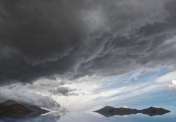 Bedrohliche Wolken in der Landschaft von Marcel van Balken