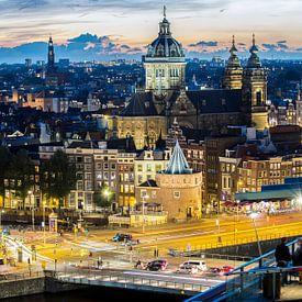 Skyline Amsterdam bij het vallen van de avond van Marcia Kirkels