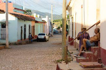 Cubans relaxing in Trinidad, Cuba von Olivier Van Acker