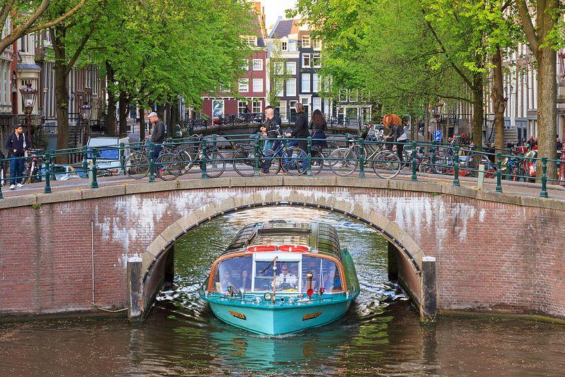 Boot en brug Amsterdam van Dennis van de Water