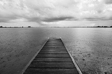 Donkere regenwolken trekken over het meer van Jolene van den Berg