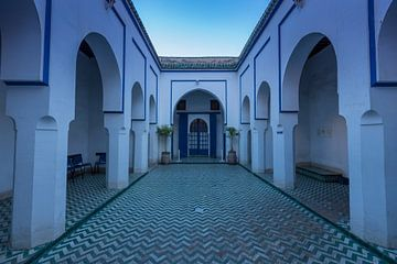 Binnenplaats in Bahia Paleis in Marrakech van Maarten Hoek
