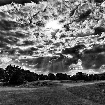 Zonnestralen door de wolken von SPOOR Spoor