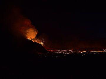 Silhouet van een vulkaan van Timon Schneider