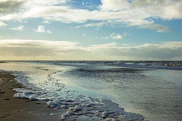 Strand mit Schaum von den Wellen von Discover Dutch Nature